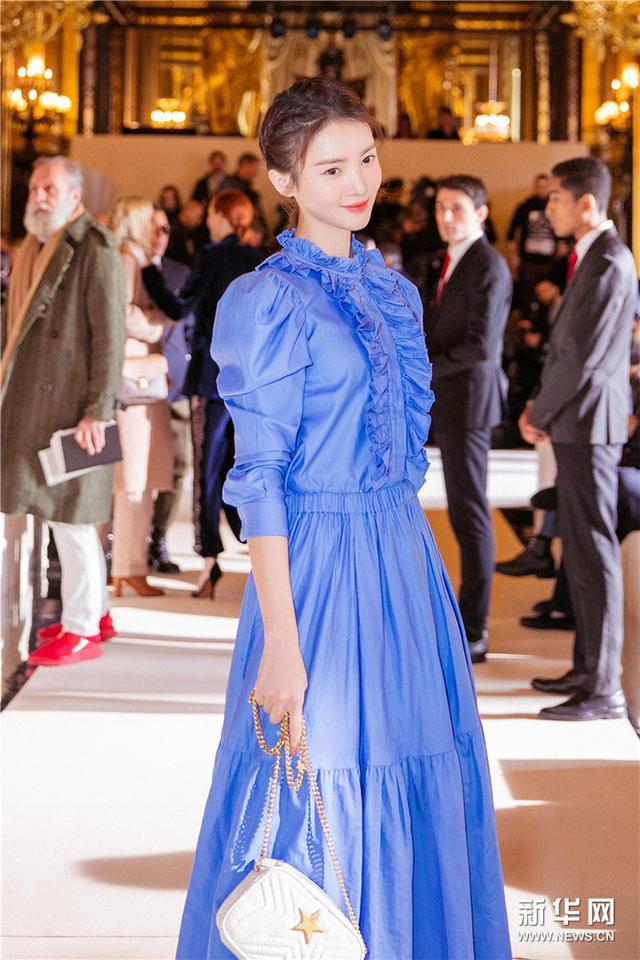 金晨亮相巴黎时装周 简约穿搭展时尚感
