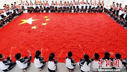 小学生千条红领巾拼巨型国旗迎国庆