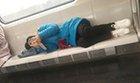 女子地铁昌平线躺卧
