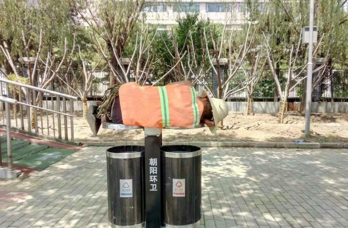 绿化工人没地午休 躺垃圾筒盖入睡