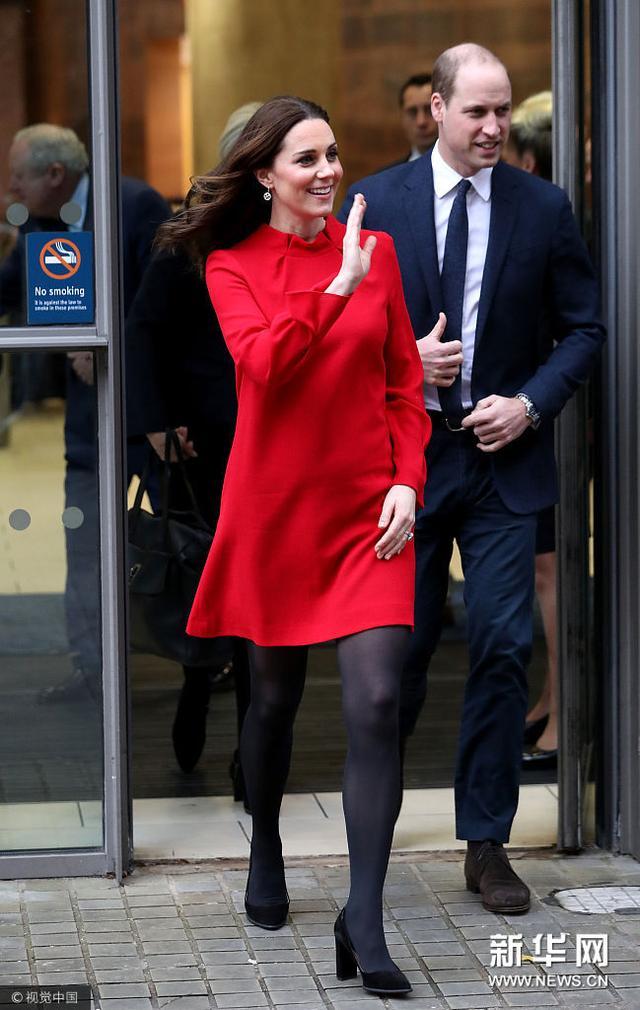 凯特王妃穿一身红衣甜笑魅力满分