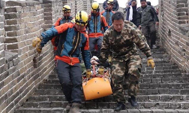 六旬老人爬长城坠落受伤 怀柔消防战士拼命抬下山