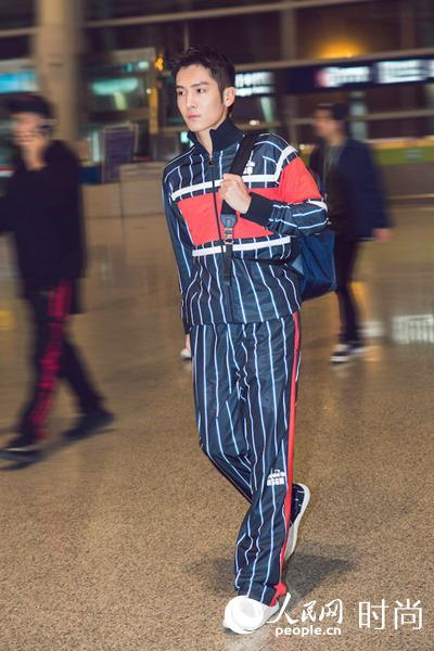 盛一伦机场潮拍 条纹运动风彰显时尚动感