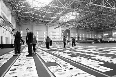 中央美院这样阅考卷 万余张考卷铺满400米跑道
