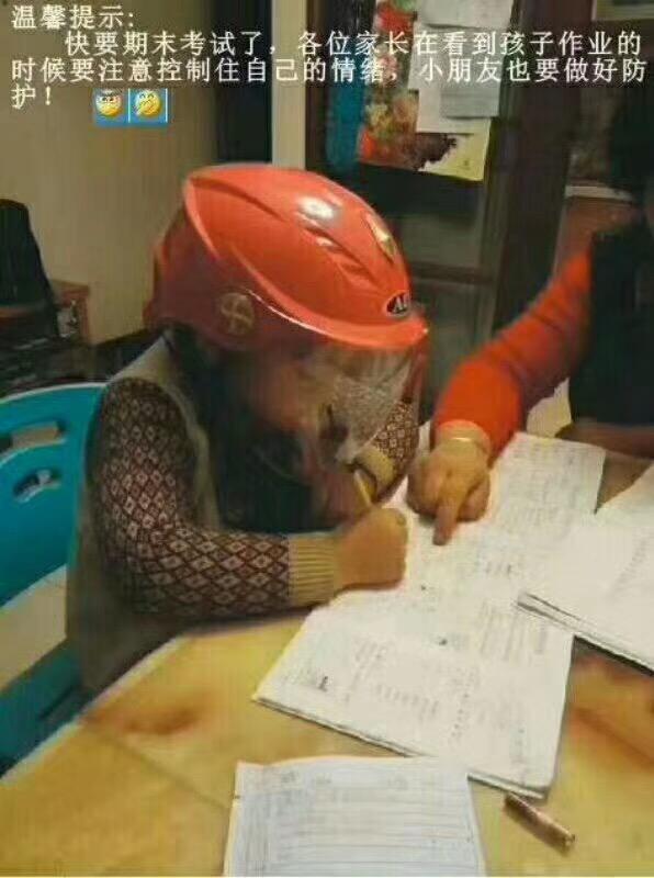 小学生戴头盔写作业照走红 提醒家长控制情绪