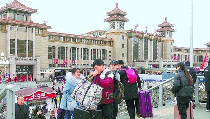 昨日74万人分两路返京 春节返程高峰将持续至正月初十