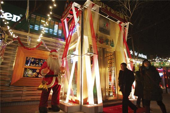 三里屯是北京最早的酒吧群落,这里出现第一家酒吧是在1989年,三里屯地区最早的酒吧出现在南三里屯,而形成气候、名声最响的是三里屯北街。