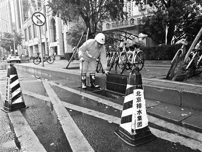核心区试点雨水口施划禁停线
