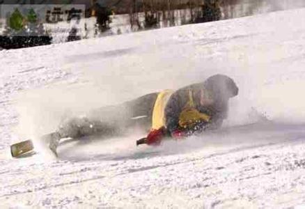 女子在崇礼万龙雪场滑雪时撞树受伤