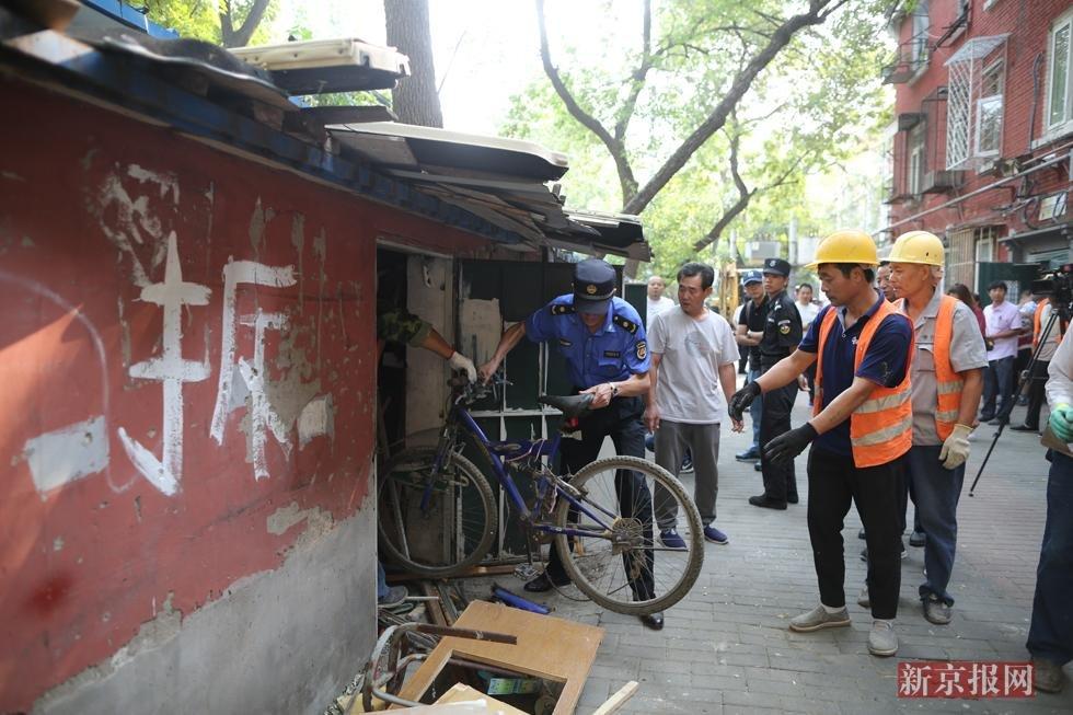 和平街街道集中拆除397间煤棚
