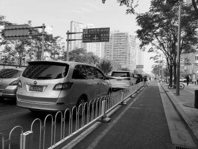 """国贸核心区多条道路 车辆随意停车道变""""车场"""""""