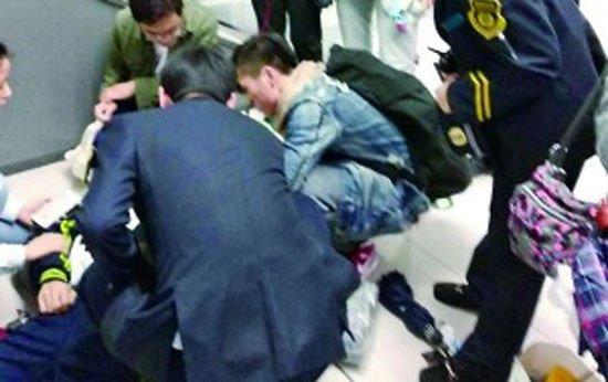 北京一男子地铁6号线突发癫痫 众人爱心接力