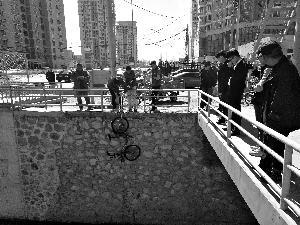 共享单车被扔亮马河底 数百元电子锁失灵
