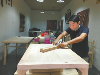 放弃40万年薪 小伙回家传承家族技艺当木匠