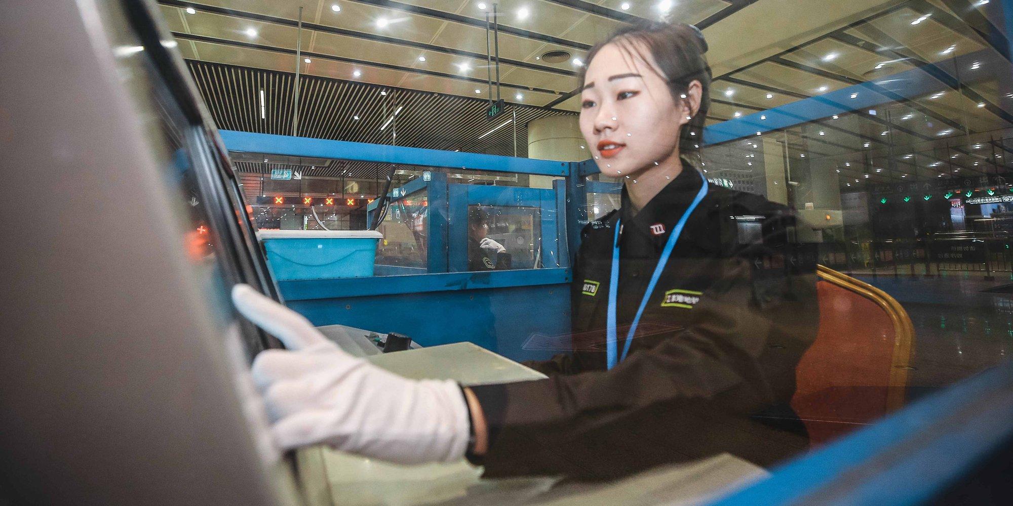 【燕女郎】实拍95后地铁美女安检员:每日凌晨3点起床 服务千余名乘客