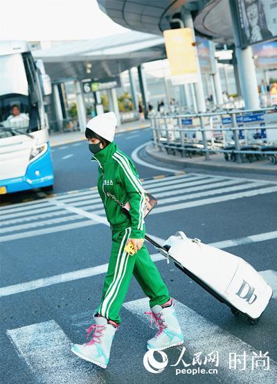 王子文机场大玩运动风 丑鞋范儿穿只有她