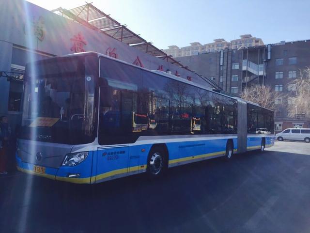 全国最长纯电动公交车北京投用 长达18米可载143人