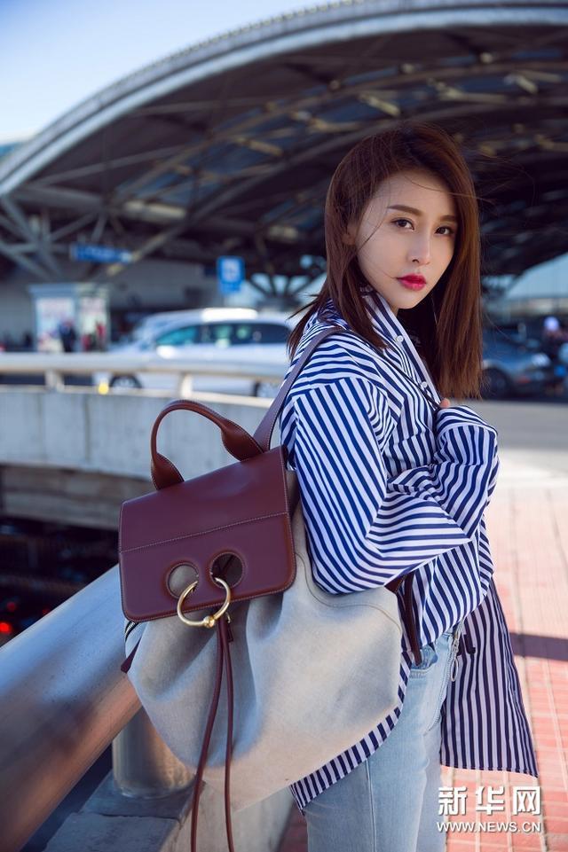 贾青受邀纽约时装周 现身机场清新帅气