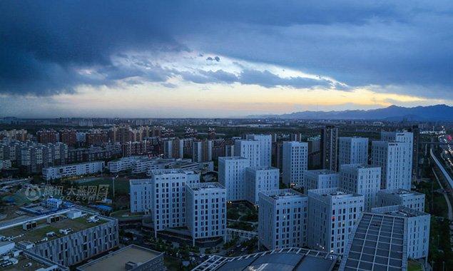 北京天空层积云密布 晚霞醉人