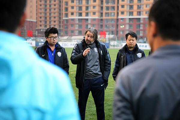 永昌队主教练亚森在训练时讲话.王伟倩/摄图片
