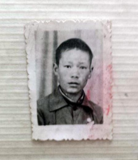 退休教师老照片里认出自己后激动不已 感谢老马帮他记录童年