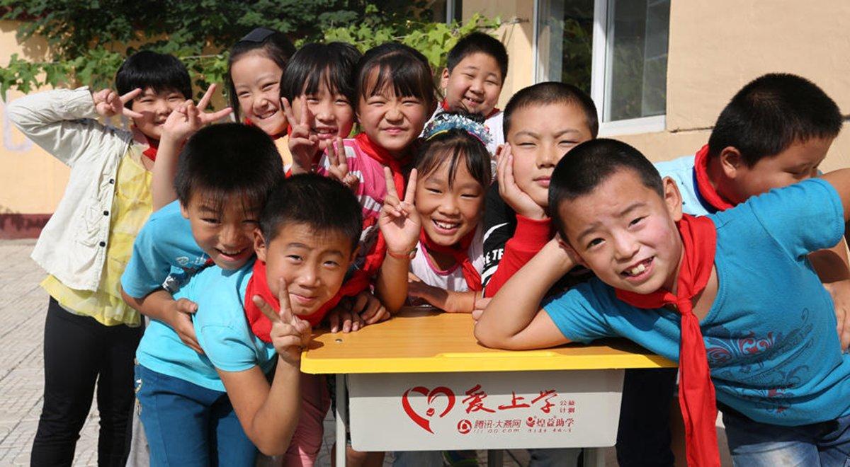 """""""爱上学公益计划""""给贫困山区送去新桌椅"""