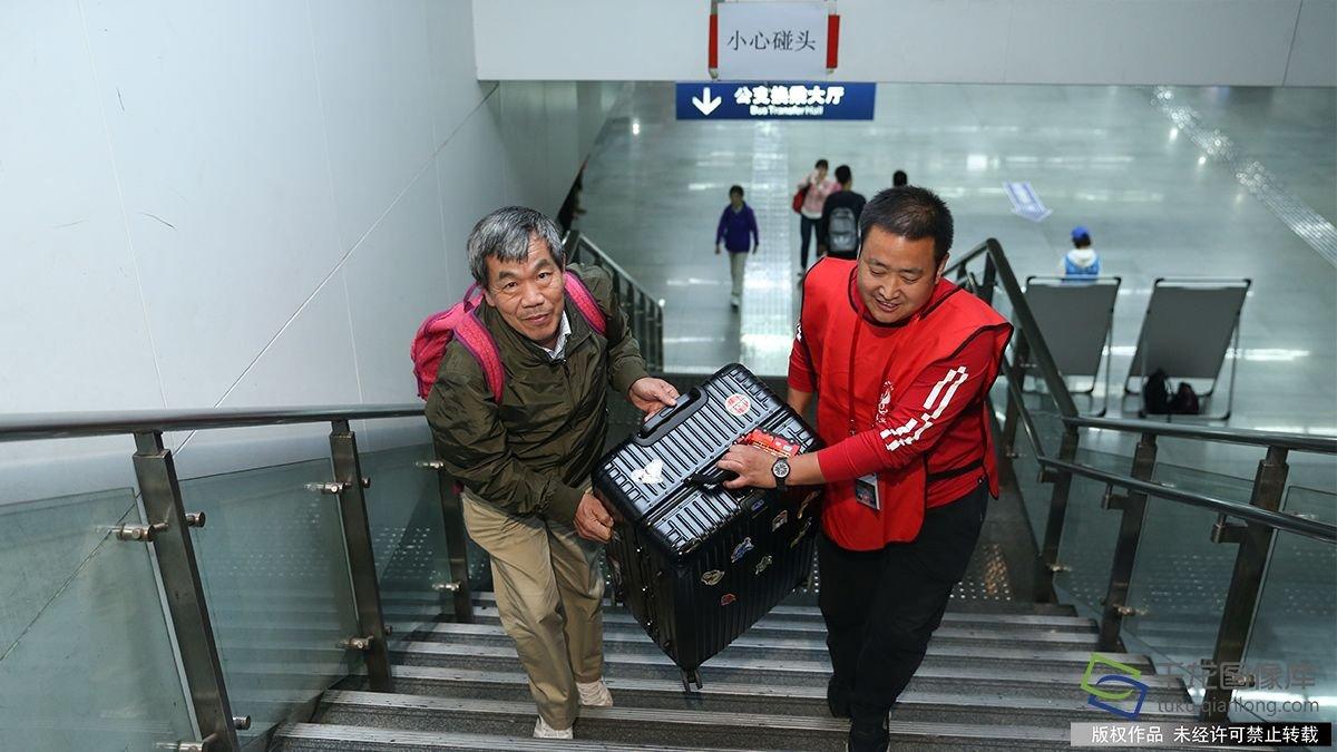 他们在北京南站指引旅客回家路