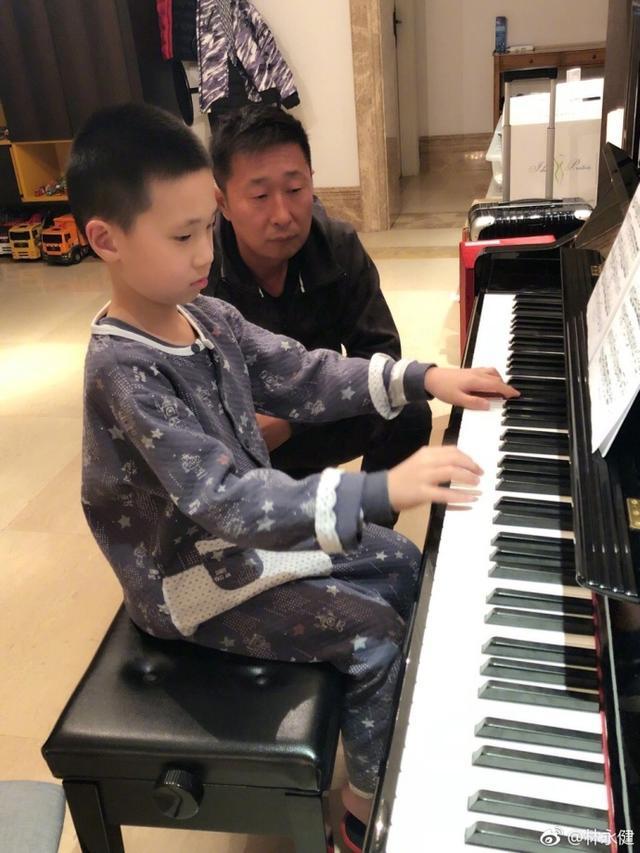 林永健看儿子弹钢琴 一脸认真尽显慈父本色