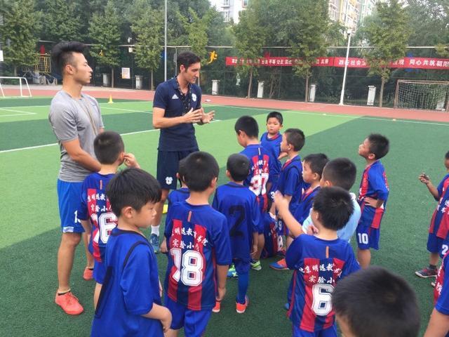 洋教练在北京教踢球 点中国孩子两大弱项