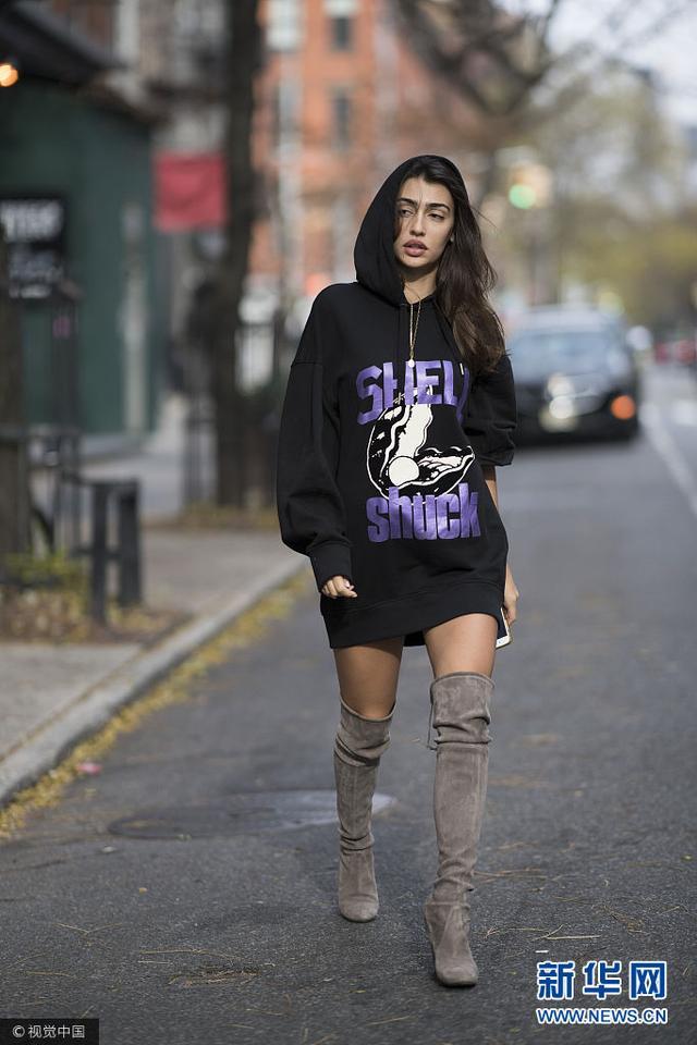 Sofia Harmanda街拍:字母印花卫衣裙搭过膝靴