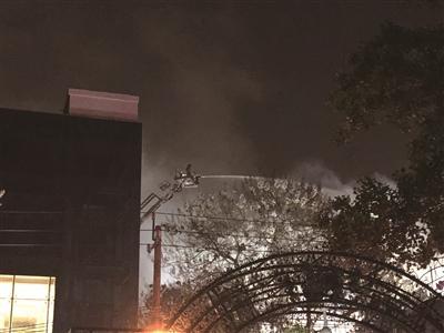 居民楼突发火灾 59辆消防车救援
