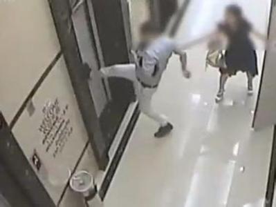 小伙和女友吵架对电梯泄愤 踹坏电梯门困住俩乘客