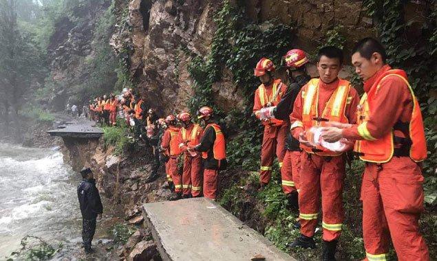 消防员徒步7小时将1500升饮用水送至密云灾区