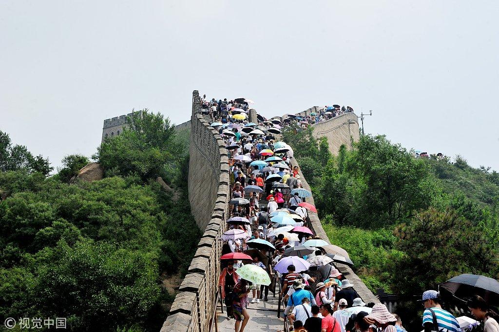 高温难挡游客登长城热情