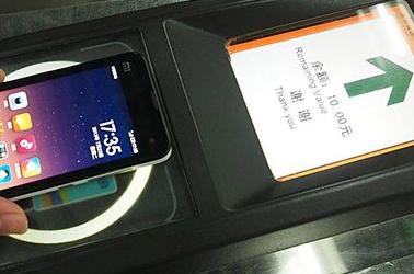 实拍北京地铁刷手机乘车 苹果用户执意试用通关失败