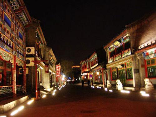 今日的琉璃厂依旧是京城最具特色的中国文化商品街之一,如果你是一个古玩爱好者,或者对中国字画等古文化感兴趣,那么琉璃厂是你必去的文化街。虽然这里是一条商业街,但是不可否认它几百年历史沉淀带给她的文化氛围。这里最具特色的便是几乎每个店铺室内都有对联,对联可称得上是中国文化的精华代表,平仄押韵,意蕴深长但却能深入浅出,到这里来欣赏风格各异的对联也是一大幸事。