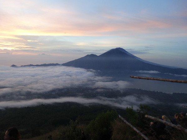 印尼巴厘岛阿贡火山喷发 游客应注意风险