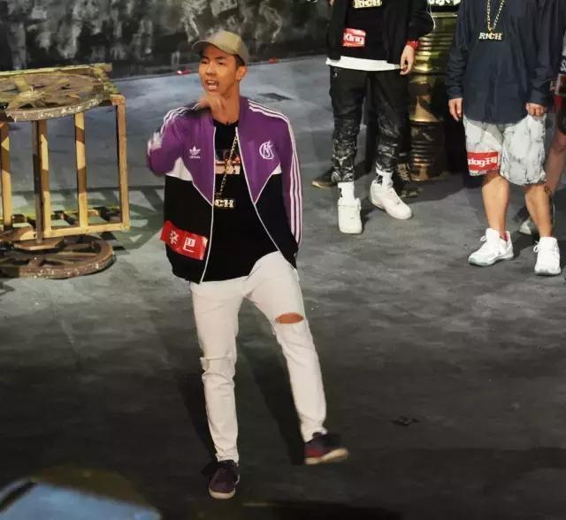 别再吐槽《中国有嘻哈》了,来看看那些潮流rappers都是怎么穿