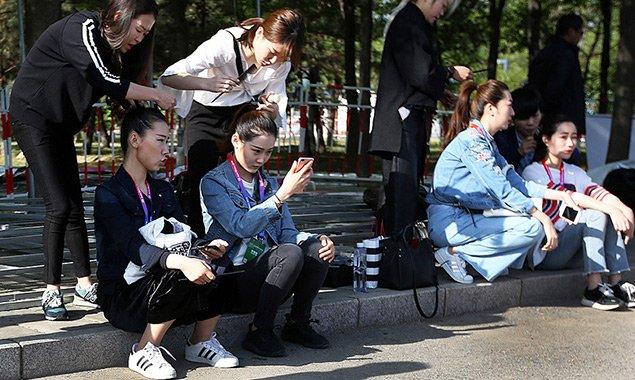 北京国际车展开幕 礼仪街边扎堆儿化妆