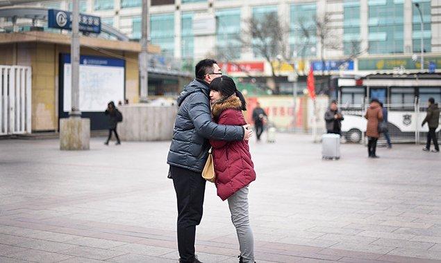 北京高校陆续放假 情侣车站相拥惜别