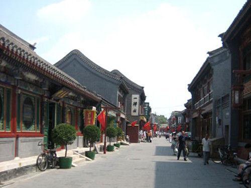 """清初顺治年间,在京城实行""""满汉分城居住""""。而琉璃厂恰恰是在外城的西部,当时的汉族官员多数都住在附近,后来全国各地的会馆也都建在附近,官员、赶考的举子也常聚集于此逛书市,使明朝时红火的前门、灯市口和西城的城隍庙书市都逐渐转移到琉璃厂。各地的书商也纷纷在这里设摊、建室、出售大量藏书。繁华的市井,便利的条件,形成了""""京都雅游之所"""",使琉璃厂逐渐发展成为京城最大的书市,形成了人文荟萃的文化街市,与文化相关的笔墨纸砚,古玩书画等等,也随之发展起来。"""