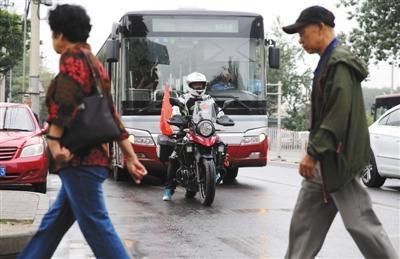 文明礼让更能体现摩托骑手风度
