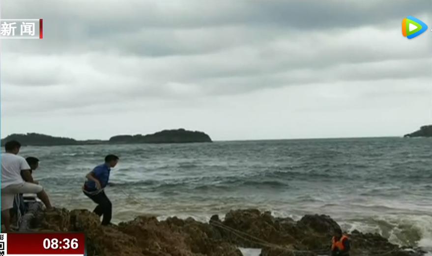 海潮来袭游客被困礁石