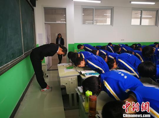 中学规定师生要行五次鞠躬礼 校方:绝非搞形式