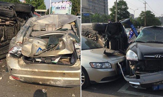 """宝马车""""飞入""""北京工业大学 撞烂多辆车后侧翻"""