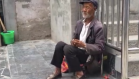 老人双手发颤路边卖菜