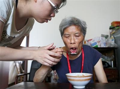 女儿辞职回蓉照顾患老年痴呆症母亲