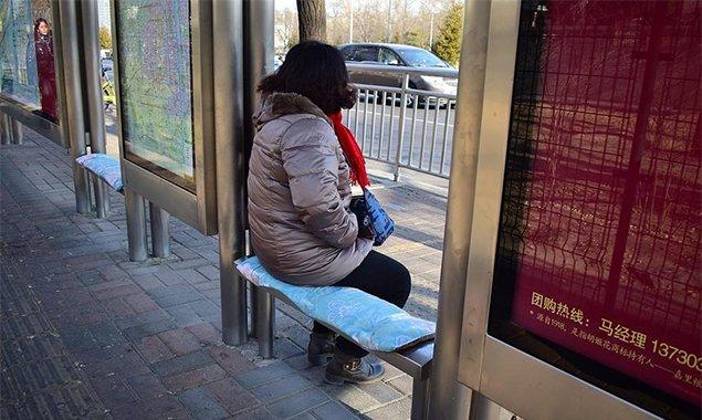 """北京公交站台座位穿自制""""棉袄"""""""