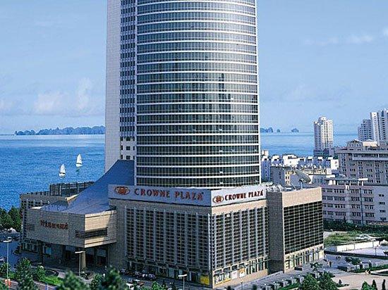 青岛颐中皇冠假日酒店位于青岛市区繁华的商务中心,紧密环绕于大型商场之中,毗邻各大银行跨国公司办事处和云霄路美食街。步行到海边仅需5分钟,距离机场和火车站仅需20分钟车程。 青岛颐中皇冠假日酒店拥有精心设计、设施完善的各类客房,设备一应俱全。位于37层的海景行政酒廊可容纳50人,为行政楼层客人提供单独的会聚场所,同时领略蓝天白云大海带给您的心旷神怡。29-38层皇冠俱乐部特为商旅客人量身打造。百余间行政客房陈设雅致温馨,入住客人可享受超值优惠,包括无线宽带、洗衣、小酒吧软饮、鸡尾酒、自助早餐、报纸、免费使