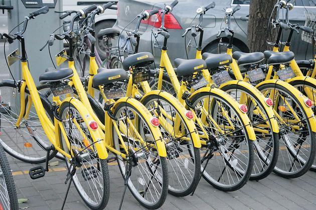 """环卫工""""兼管""""共享单车 让城市管理多一条路径"""